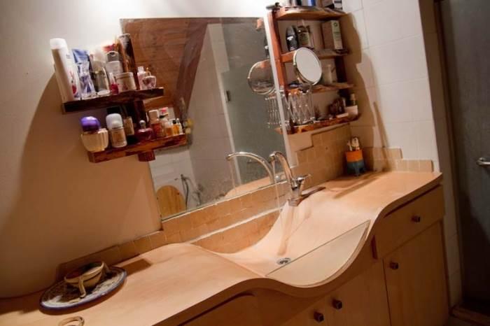כיור האמבטיה עשוי משכבות דיקט שעברו עיקום והדבקה ונצבעו בלכה (צילום: יניב ברמן, xnet)