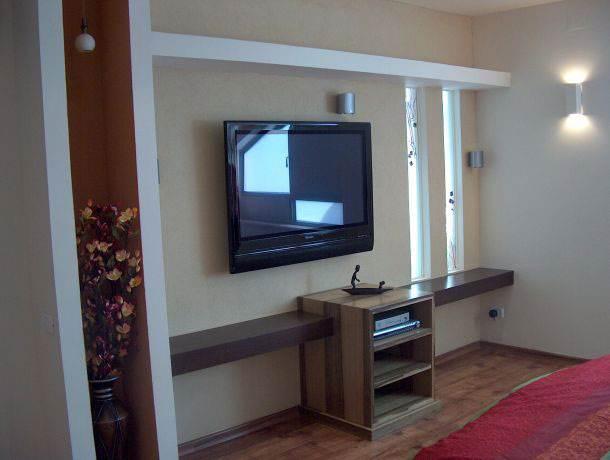 משחק עם מדפים שונים בקיר טלוויזיה. עיצוב וצילום של נילי חביב