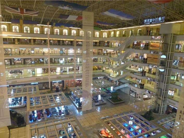 קניון רהיטים עצום בפושאן. שבוע הקניות בסין הוא עבודה קשה! (צילום: עדי אדליס)