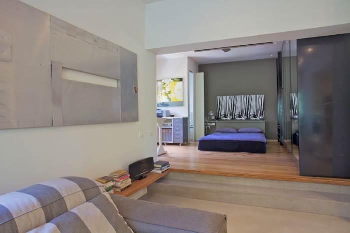 המיטה מוקמה ממול הסלון כדי ליהנות מהנוף הנשקף מן המרפסת גם במיטה (צילום: דרור כץ)