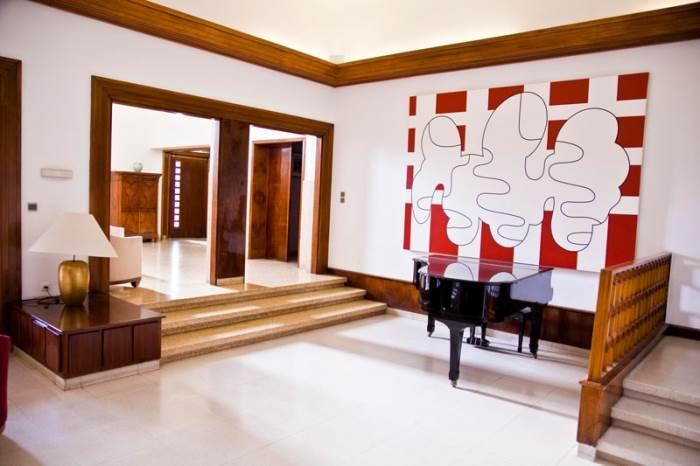 שילוב של רהיטי ארט-דקו מקוריים לצד אוסף יצירות של אמנים צרפתיים עכשוויים. בית השגריר הצרפתי (צילום: יח