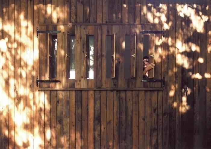 בין לוחות העץ לפלדה ובין הלוחות עצמם הושאר רווח שיאפשר זרימת אוויר לקירור המבנה (צילום: גולני אדריכלים)