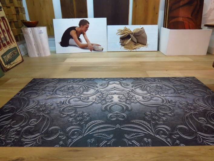 לא רק על טפטים, זכוכיות או בדים. מעתה כל הדפס ניתן ליישם גם על הרצפה. הפרקטים המודפסים של מי השרון (צילום: איתי לוי)