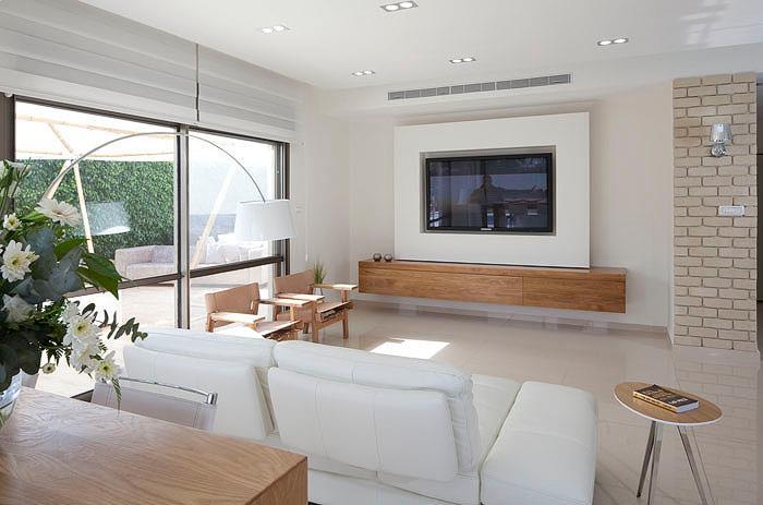 מתחברת לסגנון המודרני עם שילובים של בטון, זכוכית ועץ ומנגד לסגנון הקלאסי והעתיק. בתמונה: בית בעיצובה של בן הרוש
