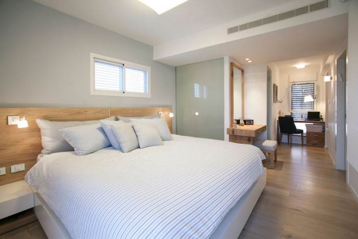 משני חדרי שינה קטנים לסוויטת הורים גדולה ומפנקת המכילה פינת עבודה, חדר ארונות וחדר רחצה מרווח.