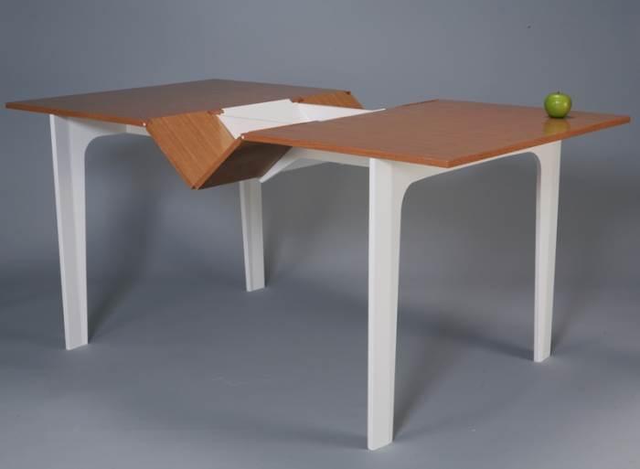 המגירה ותוכנה נחשפים רק כאשר בעלי הרהיט בוחרים לפתוח אותו לרווחה. שולחן עם מגירה סודית של יוחנה ניסנבוים (צילום: עודד אנטמן)