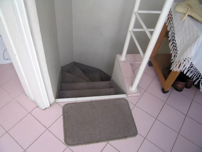 צר וישן. גרם המדרגות לפני השיפוץ (צילום: אורלי ערן)