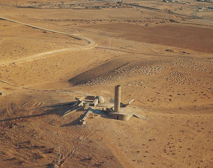 נבנתה בהתאם לשקיעה ולזריחה במקום. האנדרטה לחללי חטיבת הנגב (צילום: יח