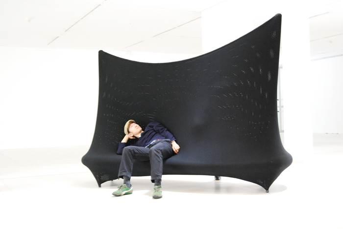 דו קיום בצורה של ספה. ספת קיר של Jordi Canudas (צילום: יח