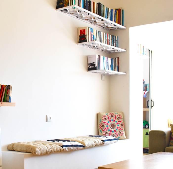 ספסל גבס שממוקם מתחת לעץ הספרים מיועד להפוך בהמשך למדף נוסף בספריה הביתית (צילום: שירה גזית)
