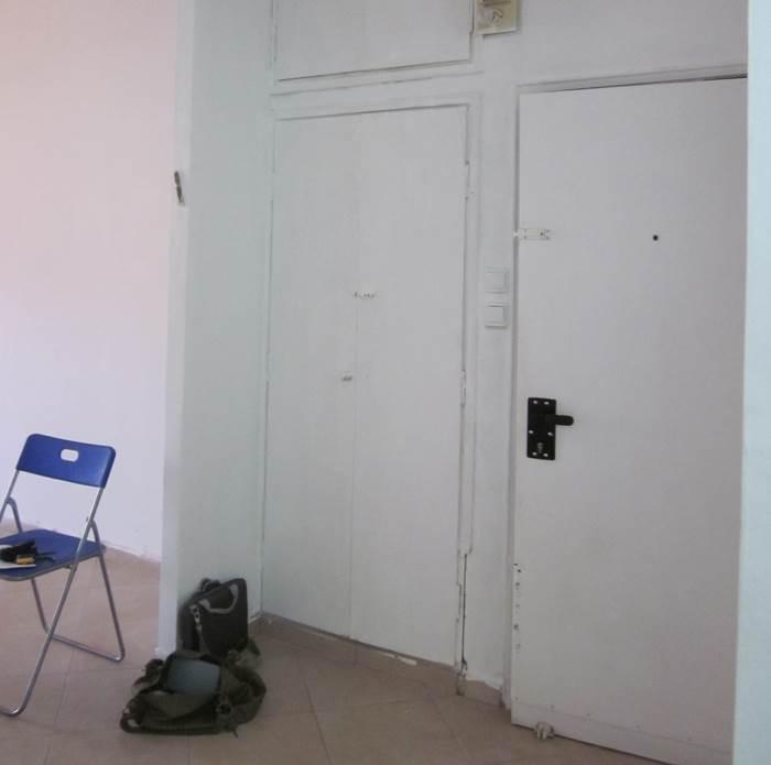הכניסה לבית לפני השיפוץ. חסרת מעוף ודמיון