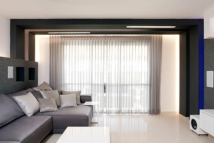 אבל עם הרבה אור. מבט לוויטרינות בסלון (צילום: בנימין אדם)