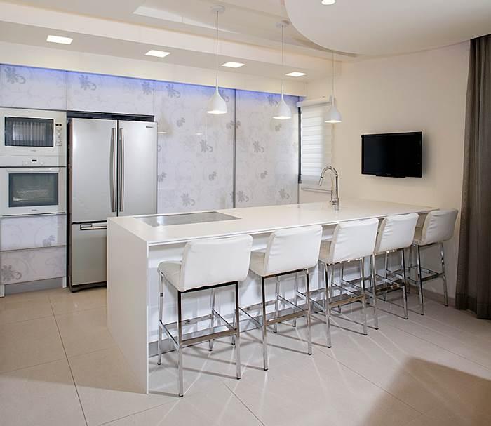 האורך - ארבעה מטר. האי בחדר המטבח (צילום: בנימין אדם)