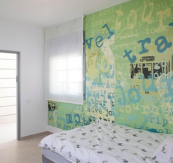 טפט מלא חיים. חדר השינה של הבן האמצעי (צילום: בנימין אדם)