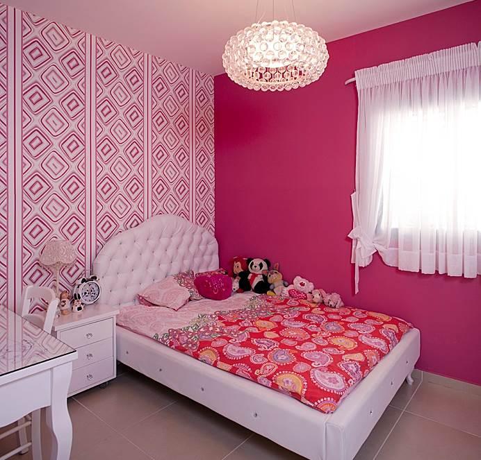 שיבוצי אבנים של סברובסקי. המיטה בחדר השינה של הבת (צילום: בנימין אדם)