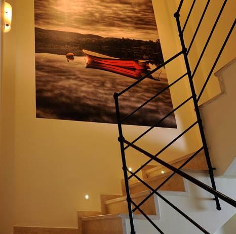 טפט של סירה אדומה ואלומות אור קטנות. גרם המדרגות לאחר השיפוץ