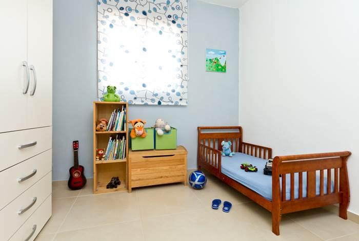 על הקיר הצבעוני תלוי ציור אותו יצרה המעצבת. חדרו של הבן