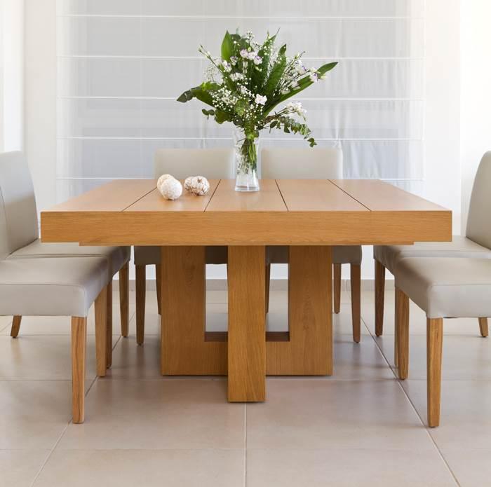 פסים עדינים שנחרצו בפלטת העץ נותנים לפינה אופי אישי יותר. שולחן האוכל