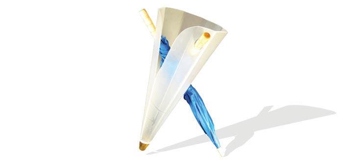 זקוק לפחות למטריה אחת על מנת שיוכל לעמוד על שתי רגליו בגאון. מעמד למטריות של אורן כפיר (צילום: יח