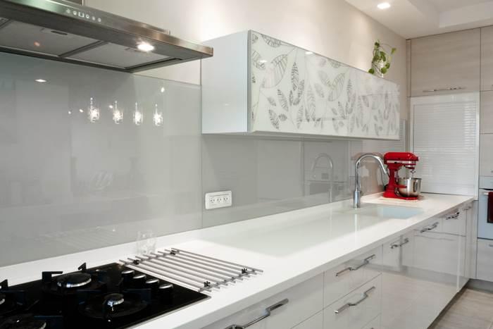 זכוכית עדכנית שהותקנה על קיר המטבח, פותחת את החלל ומתנקה בקלות