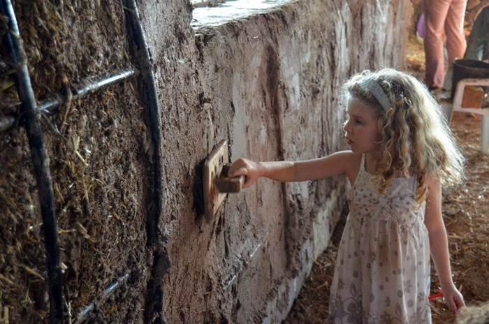 לחלקן אף מגיעות משפחות עם ילדים. סדנאות בנייה באדמה (צילום: יח