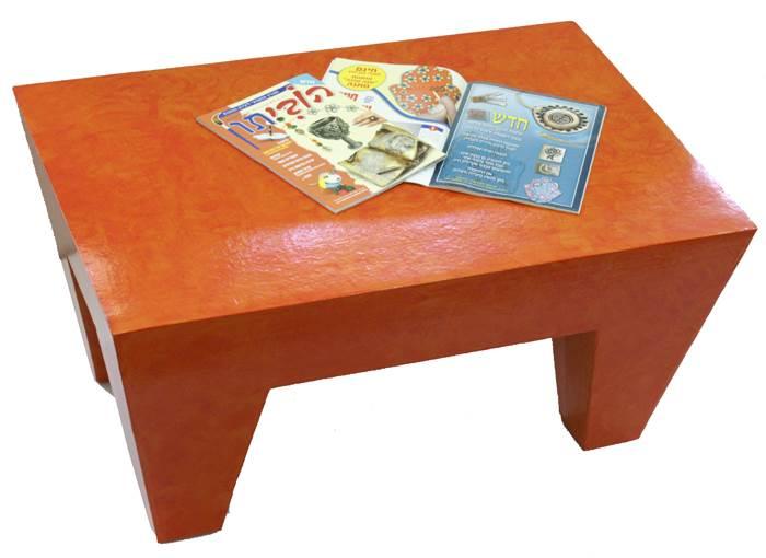 שולחן מקרטון. מתוצרי הסדנה (צילום: יח