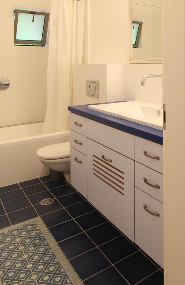 יחד עם אלמנטים דקורטיביים של מרצפות מצוירות. חדרי הרחצה ושירותי אורחים