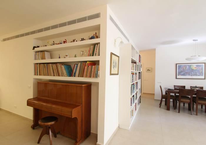 ליד הפסנתר התפנה מקום להאזנה ליצירות המנוגנות עליו. הכניסה לבית