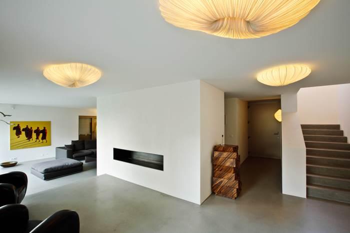 מבחר של גופי תאורה בעיצובה של צרפתי תלויים גם בחלל הסלון (צילום: Sphinx)