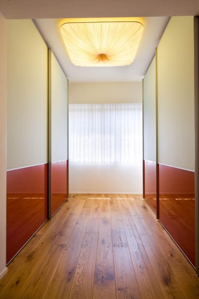 חלונות גדולים ועבודה שהיא כולה פרטים. המסדרון בביתה של איילה צרפתי (צילום: יונתן בלום)