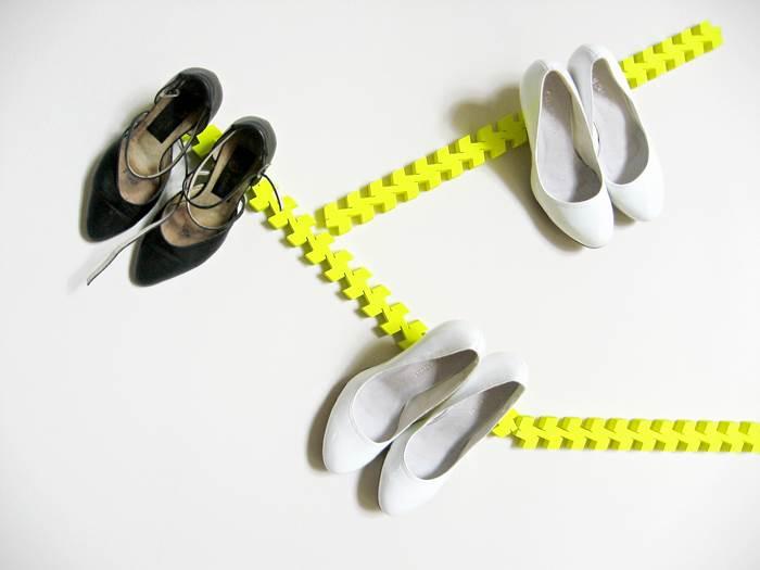סוליות הנעליים יוצרות פס זוהר ודביק. פתרון אחסון יצירתי במיוחד של סטודיו mashallah (צילום: mashallah)