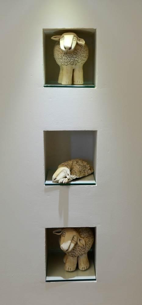 פסלוני חרס בתוך נישות הגבס. משתלבים עם הצבעוניות הכוללת של החדר