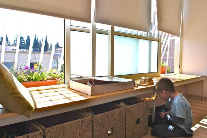 הפתרון: דלפק ישיבה עם מקום אחסון. סלון בגבעתיים בעיצוב סטודיו Dentro (צילום: שירה גזית)