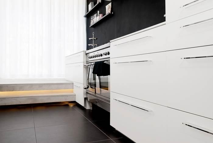 ידיות הארונות. תוכננו על ידי מעצב תעשייתי במיוחד עבור המטבח הזה