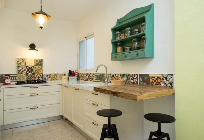 דוגמא לשילוב אריחים מצויירים במטבח - סטודיו FUFA. צילום: אביב קורט