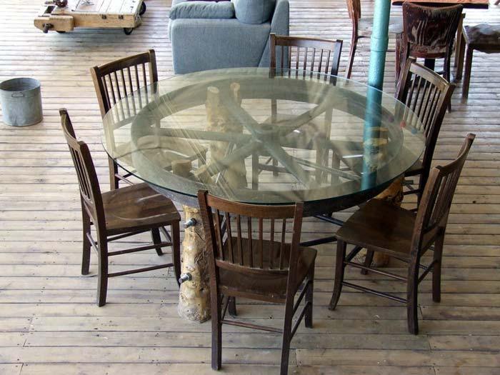 שולחן על בסיס גלגל כרכרה - אריק גוטמן נגרות ועיצוב. צילום: ענבל רוז