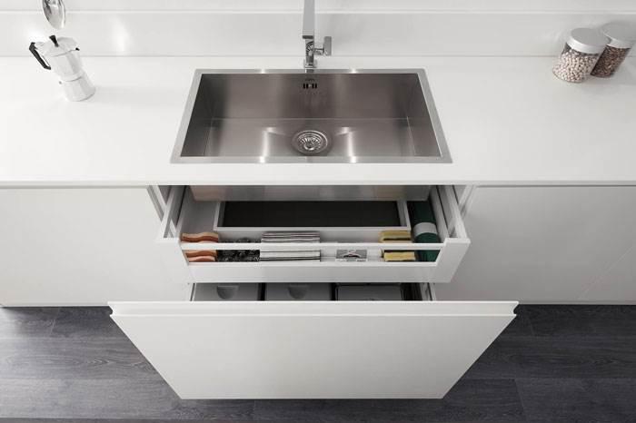 הארון מתחת לכיור יכול לשמש כחלל אחסון גם הוא- ארן מטבחים. צילום: יח