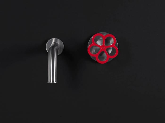 קורט של אדום, האופן הנכון. ברז אדום דגם PIPE. להשיג באולם התצוגה BOFFI.