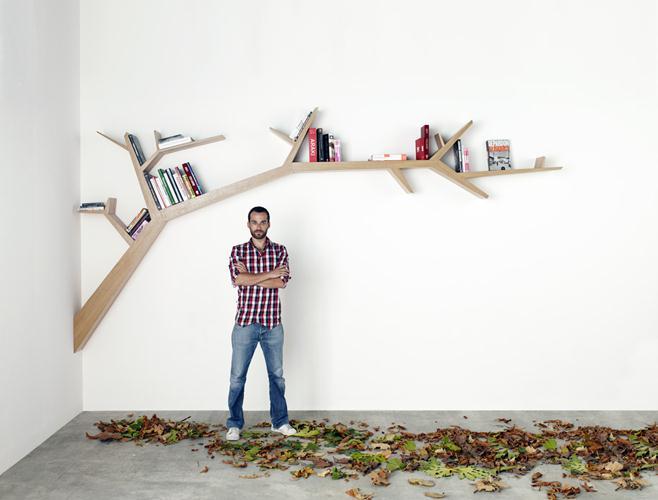 ככה נראים מדפי העץ עם ספרים עליהם. עיצוב: Olivier Dolle