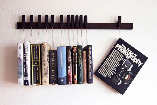 תלויים זה לצד זה - אופציה מקורית ואלגנטית לסידור הספרים. עיצוב: Agusta Magnusdottir & Gustav Johannsson