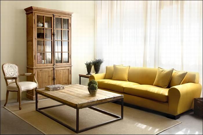 כפרי בצבע. ספה בצהוב חם, שמתרגמת נפלא את העיצוב הכפרי למציאות המקומית. להשיג בבית העיצוב של דליה ארמוני