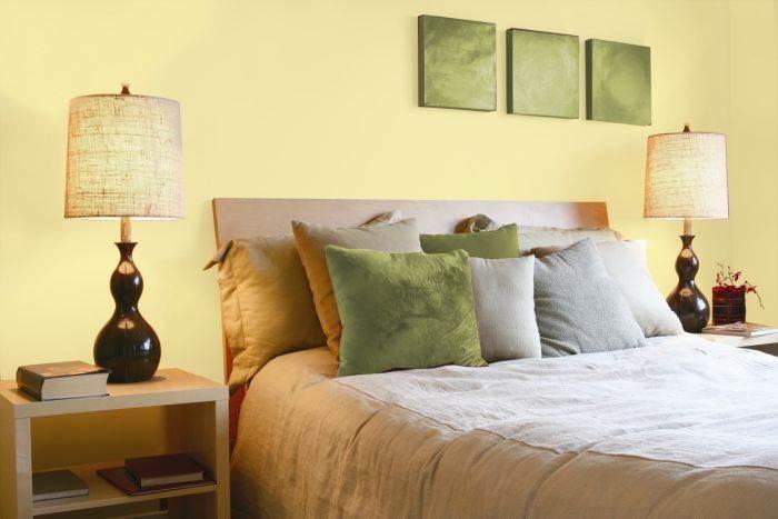 לא חייבים להישאר עם השמנת: גוון צהוב של נירלט בחדר השינה. צילום: יח