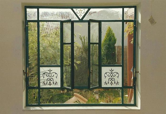זכוכית משתלבת היטב: חלונות ברזל בלגי עם ארבע כנפי פתיחה. מבית רוםסן - אומנות הפרופיל הבלגי
