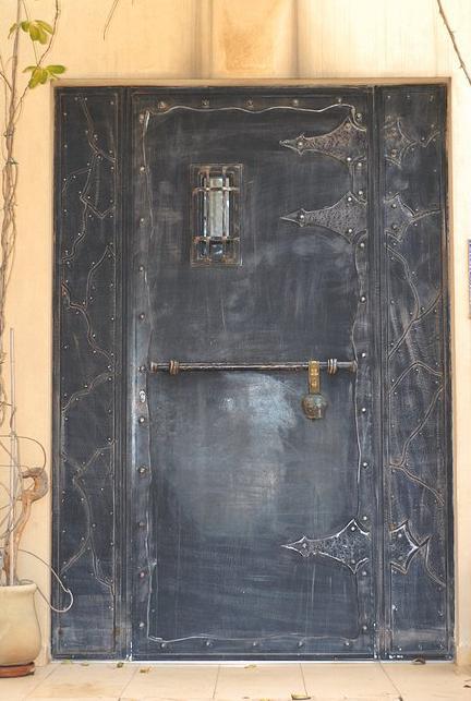 כניסה מרשימה ועוצמתית לבית: דלת טירה בלגית מעוצבת ושחורה, בעלת מראה אבירי. מבית רוםסן - אומנות הפרופיל הבלגי