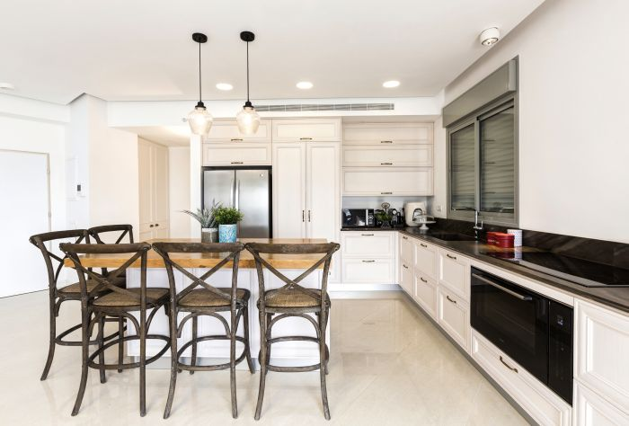 מסגרות עץ צבוע חלקית ומשטח אלון טבעי. מבט נוסף אל המטבח. מטבח: אביבי, כסאות בר ותאורה: ביתילי, דלתות פנים: פנדור דגם