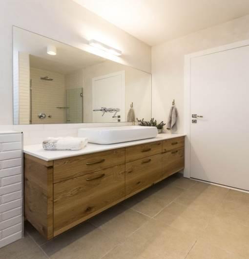 חיפוי בריקים דמויי אבן תרמו למראה הקלאסי: חדר האמבטיה של הילדים. ריצוף ובריקים: נגב, ארונות אמבטיה: ארונא, סטיילינג: איפאה