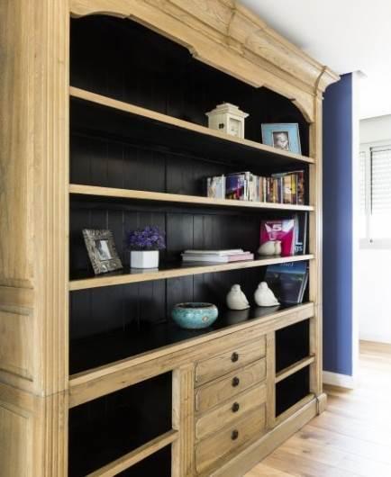 רהיט מעץ למראה קלאסי בפרוזדור: ספרייה מרשימה לאחסון ספרים וחפצים. רהיט: HOMMAGE שוק הפשפשים