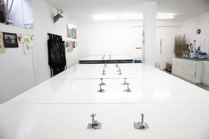 חלל העבודה של הסדנה נקי ומצוחצח, לפני העבודה עם הרשתות והצבעים.