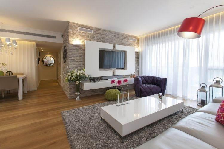 סגנון מודרני עם קווים נקיים, בשילוב עם חומרים טבעיים: דירה בקריית אונו בעיצוב אורית כוכבי. צילום: שירן כרמל