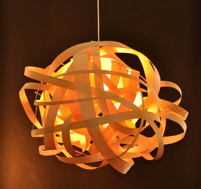 סטודיו ויהי (קטרינה ברנד וצורי גוטליב). מנורת קשקוש בעבודת יד מפורניר. צילום: נירי גתמון.